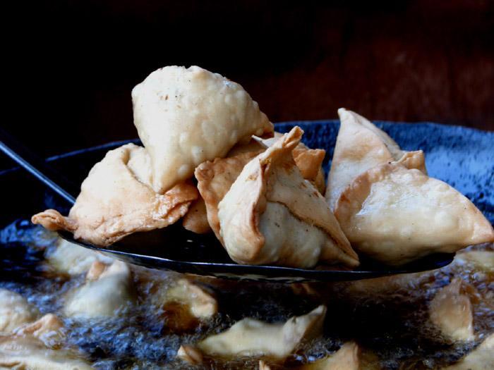 samosas cooking